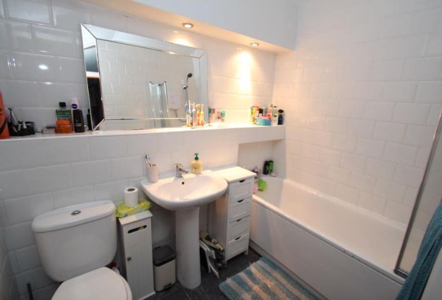 32 Liddel Road, Cumbernauld Bathroom