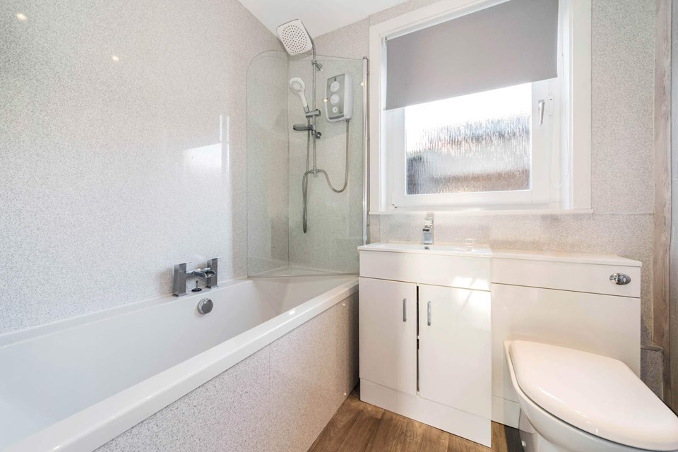 19 Wedderburn Place, Dunfermline Bathroom